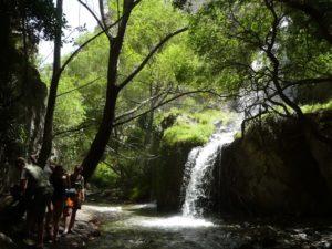 EL CANAL DE FUGA CON VISITANTES CAMPEROS AGUA CAMPING TURISMO DÚRCAL VALLE DE LECRÍN